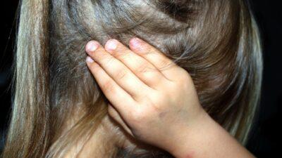 Grijze haren en hand op hoofd en hoofdpijn?