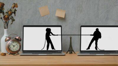 twee huishoudens en twee personen die touwtrekken in plaats van samenwerken