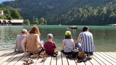 samengesteld gezin op een kade uitkijkend over water - nieuwe situatie na scheiding