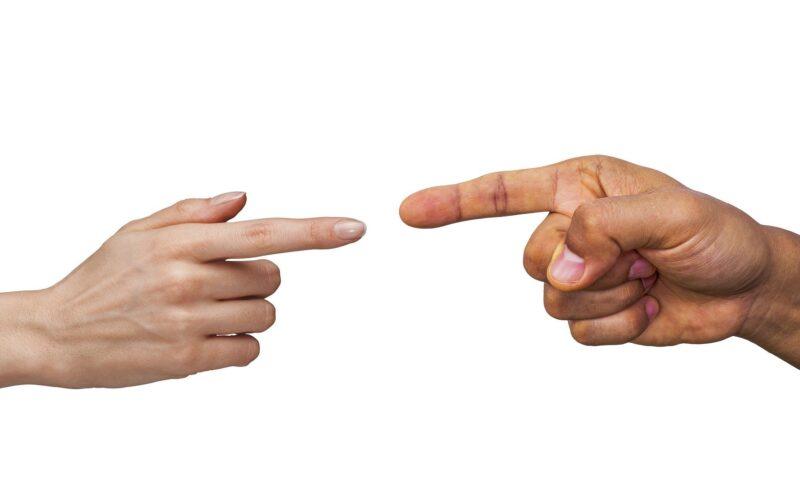 twee handen tegenover elkaar bij vechtscheiding